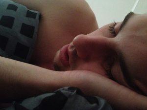 adolescent dort, il fait ses nuits
