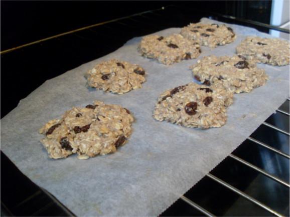 cuisson des cookies véganes dans le four