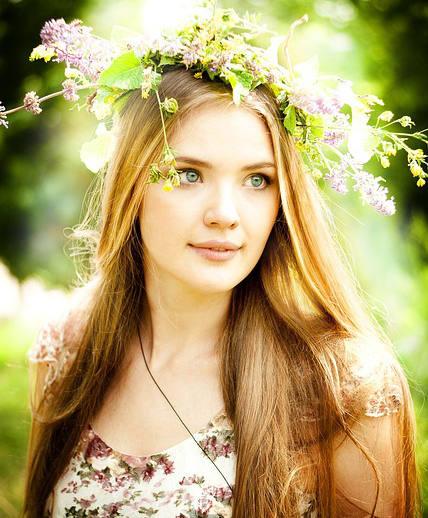 déesse de la maternité avec des fleurs dans les cheveux